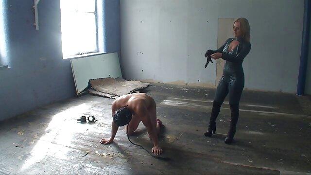 انجمن بدون ثبت نام  ناز زن چاق از داستانهای سکسی خانه اوکراین نوارهای موهای خود را نیمه برهنه